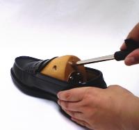シューストレッチャーを痛い靴にセット